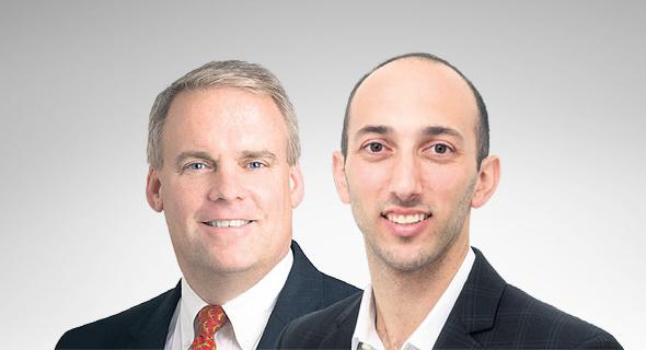 מימין: אלי טילסון וג'ון קארטר