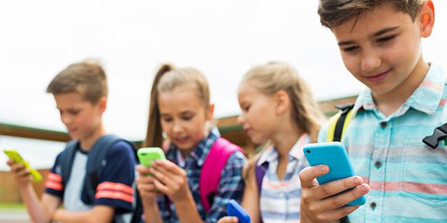 האם כדאי לאסור על הכנסת סמארטפונים בבתי ספר בארץ?
