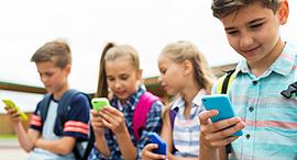 ילדים עם סמארטפונים, צילום: שאטרסטוק