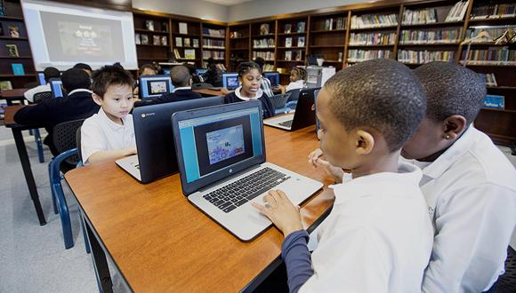 תלמידי כיתה ג' מתרגלים מתמטיקה בבוסטון, צילום: בלומברג