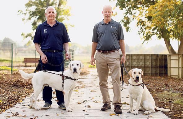 """ברנר (משמאל) ונח בראון, מנכ""""ל המרכז לכלבי נחייה. """"התחלתי בשינוי חיצוני, להתנדב במרכז, ללמוד באוניברסיטה. זה הוביל אותי לשינוי הפנימי"""""""