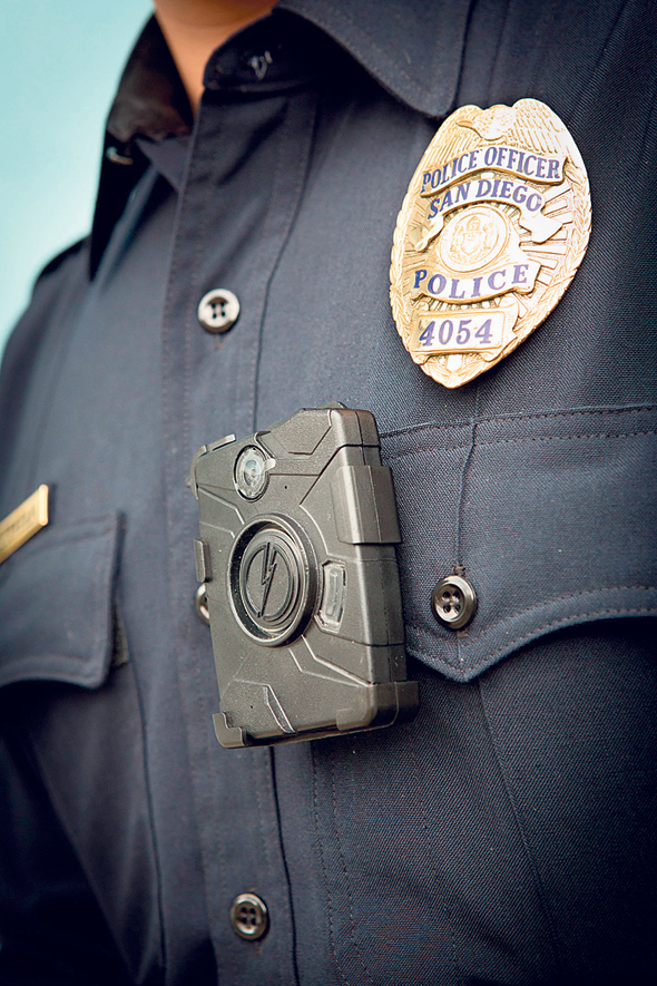 מצלמת טייזר שמשמשת שוטרים: בקרוב תכלול תוכנה שתזהה עבור השוטרים את האנשים שמולם