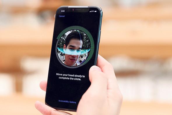 סריקת פנים במערכת Face ID של אפל, צילום: רויטרס