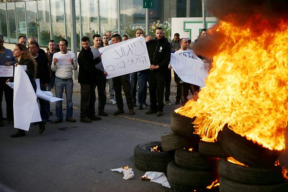 עובדי חברת טבע ב ירושלים מפגינים נגד ה פיטורים, צילום: אוהד צויגנברג