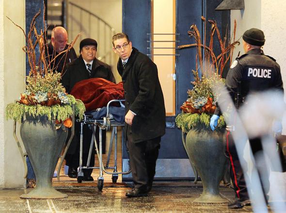 גופותיהם של בני הזוג שרמן מוצאות מהבית, צילום: ריוטרס