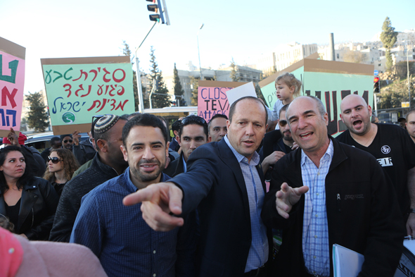 הפגנה עובדי טבע עם ניר ברקת פיטורים ירושלים, צילום: אלכס קולומויסקי