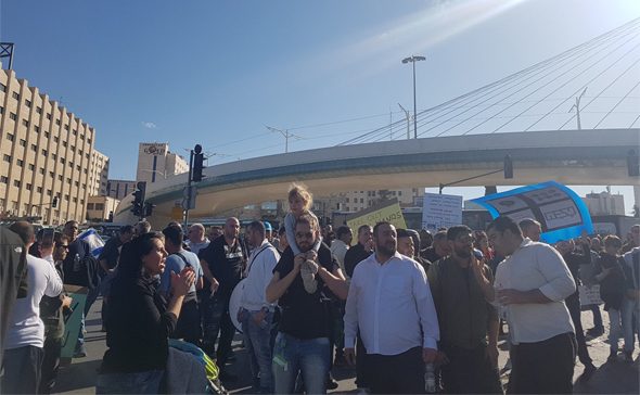 עובדי טבע חוסמים את הכניסה לעיר בסמוך לגשר המיתרים