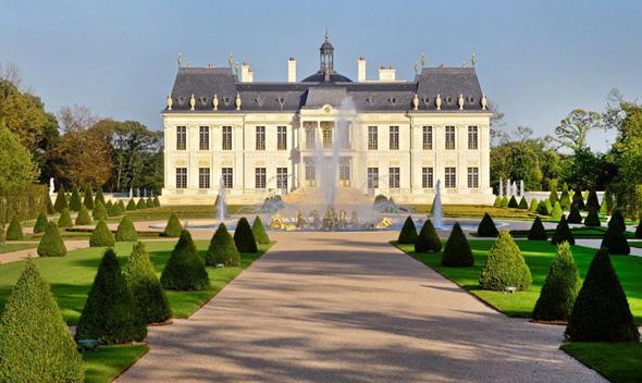 אחוזת לואי ה-14, ליד ארמון ורסאי. הוכתרה לאחוזה היקרה בעולם, באדיבות: ויקימדיה