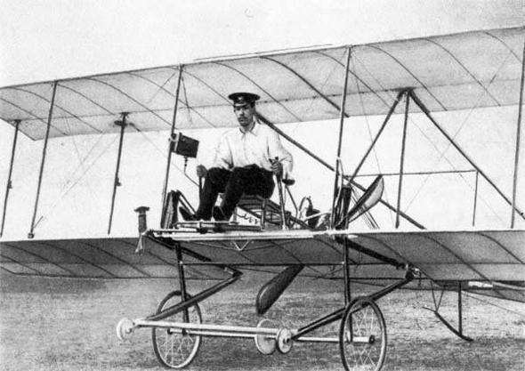 סיקורסקי ואחד ממטוסיו הראשונים
