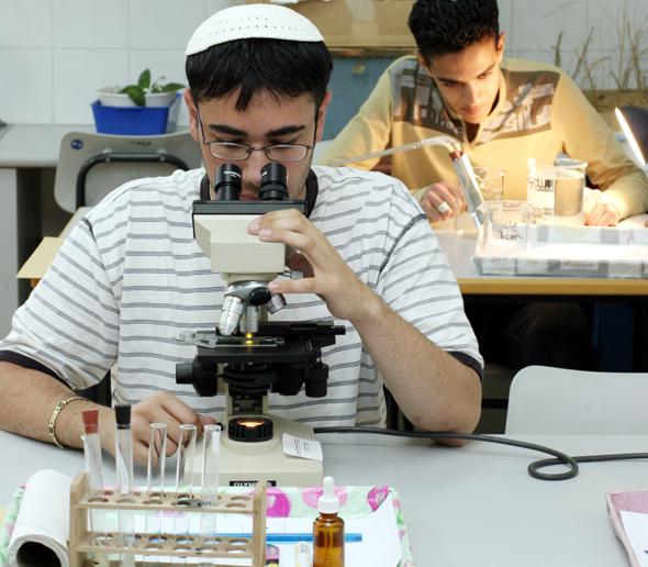 תלמידים דתיים בתיכון מהלך בחינה , צילום: עמית שאבי