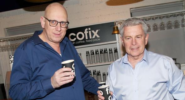 """מימין מנכ""""ל קופיקס יקי ודמני ומייסד הרשת אבי כץ, צילום: יריב כץ"""