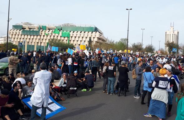 """עובדי טבע מפגינים ליד משרד רה""""מ בירושלים"""