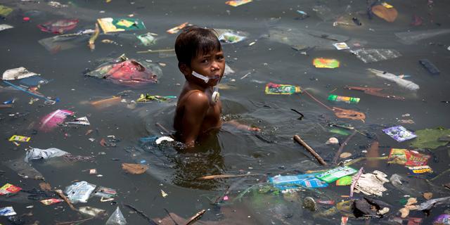 פסולת במים - סכנה עולמית, צילום: Daniel Müller / Greenpeace