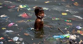פוטו כלכליסט גרינפיס 2017 פסולת פלסטיק ב פיליפינים נער שוחה, צילום: Daniel Müller / Greenpeace