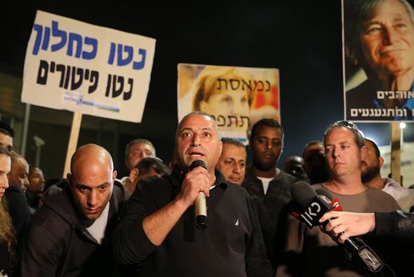"""הצהרה לתקשורת יו""""ר ועד העובדים איציק בן סימון בשערי מפעל טבע טבליות ירושלים , צילום: עמית שאבי"""
