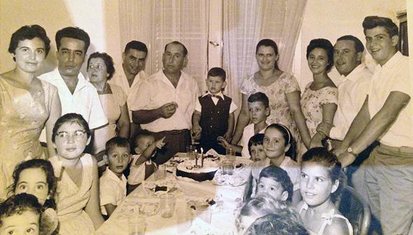 1959. רמי קליש ביום הולדתו השלישי (במרכז), בין הוריו שמואל ולאה ובני משפחה נוספים, בביתם בחיפה