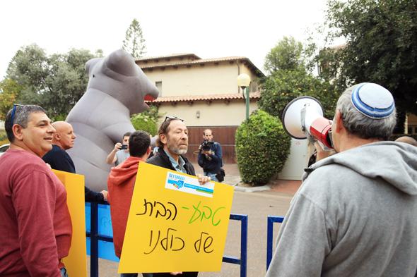 הפגנת עובדי טבע מול ביתו של חמי פרס הבוקר ברעננה