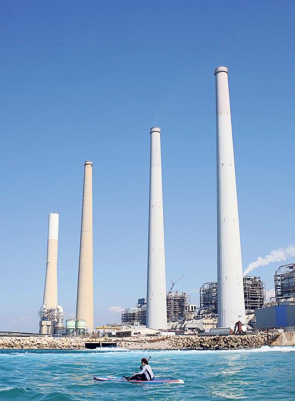 """תחנת הכוח של חברת החשמל בחדרה. רק היצרנים הפרטיים נותרו מחוץ לחדר המו""""מ, צילום: עמית שעל"""