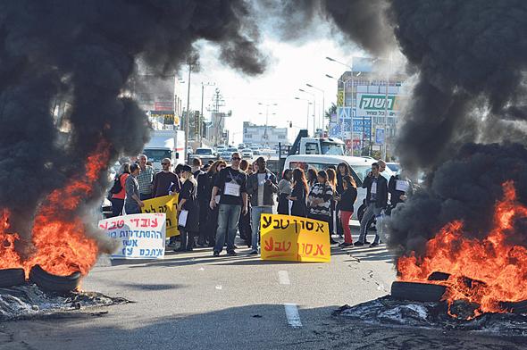 הפגנה מפגינים פיטורים טבע אשדוד , צילום: אבי רוקח