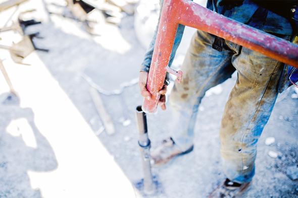 עובד באתר בנייה באזור המרכז, צילום: אוהד שביט