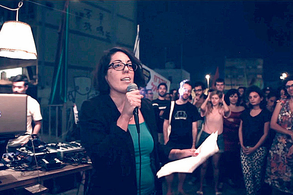 """המשוררת תהילה חכימי בערב שירה של ערס פואטיקה. סוקר־שווגר: """"ביצירה שלהם יש התרסה"""", צילום: youtube"""