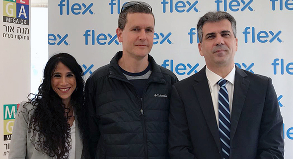 """מימין: השר כהן, מנכ""""ל פלקס ישראל עדי גור וזיוה איגר, מנהלת הרשות לשיתוף פעולה תעשייתי"""