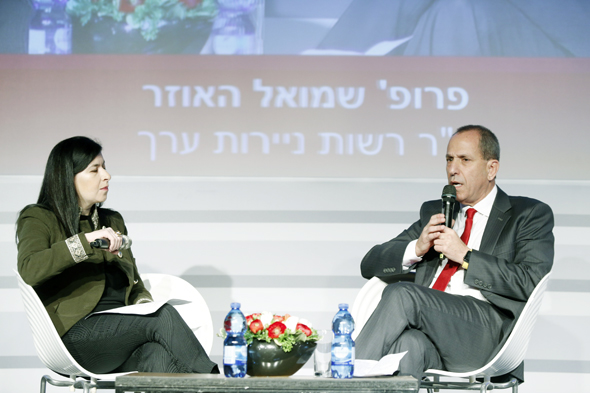 """שמואל האוזר יו""""ר רשות ניירות ערך בשיחה עם סופי שולמן עורכת שוק ההון, צילום: עמית שעל"""