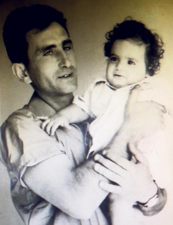 1965. יצחק קרייס, בן חצי שנה, עם אביו שמעון, בבית קרובי משפחה בתל אביב