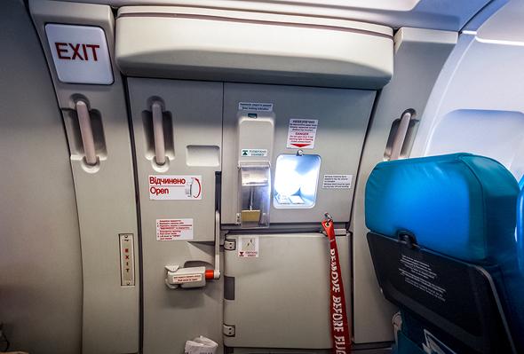 הפרשי הלחצים לא מאפשרים את פתיחת הדלת בטיסה בגובה רב