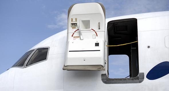 דלת המטוס פתוחה