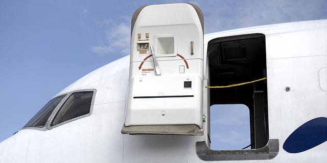 מה קורה כשמנסים לפתוח את דלת המטוס בזמן הטיסה?