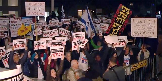 """אלפים בהפגנה השבועית בת""""א: """"מושחתים הביתה"""""""