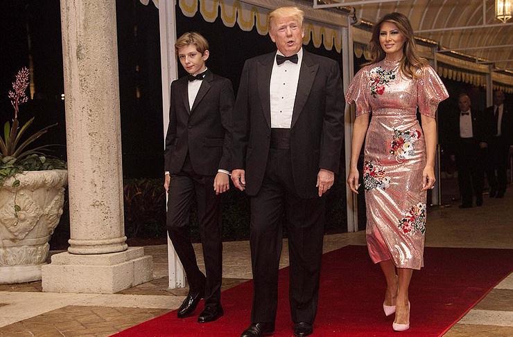 בני הזוג טראמפ ובנם על השטיח האדום, צילום: איי אף פי