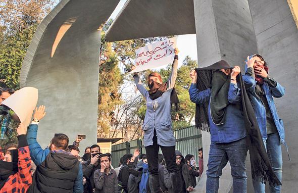 """איראן מאשימה את ישראל וארה""""ב במלחמת מדיה שנועדה לערער את יציבות המשטר ולעורר תסיסה אזרחית בחסות הסנקציות שפגעו בכלכלה , צילום: איי אף פי"""