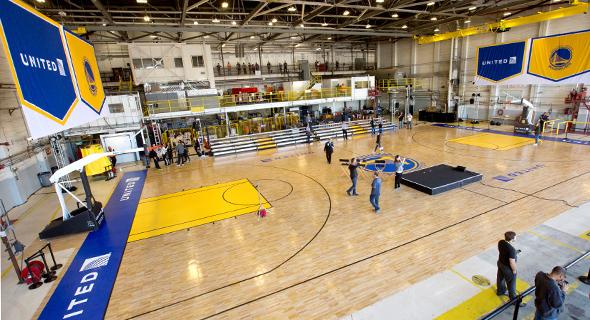 """מגרש כדורסל בהאנגר של יונייטד איירליינס בשדה התעופה בסן פרנסיסקו. """"יש חברות שהן יותר מנותנות חסות, הן שותפות"""", צילום: יונייטד איירליינס"""