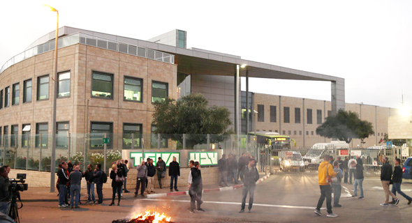עובדי טבע מפגינים בעקבות כוונת ה חברה לפטר אלפי עובדים ב ירושלים, צילום: אוהד צויגנברג