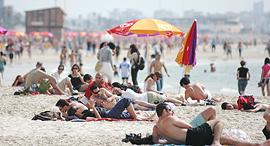 תל אביב תיירות חוף Tel Aviv Tourism Tourists Beach, צילום: בלומברג