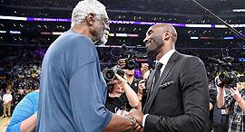 ביל ראסל לוחץ יד ל קובי בראיינט הול אוף פיים NBA, צילום: איי אף פי