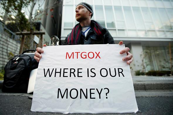 מפגין בטוקיו מול החברה־האם של Mt.Gox, בורסת הביטקוין שב־2014 איבדה 400 מיליון דולר מכספי המשקיעים