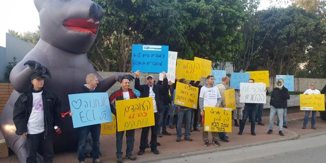 עשרות עובדי ECI הפגינו מול ביתו של בעל השליטה שאול שני