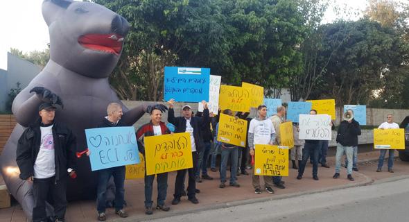 ההפגנה הבוקר מול ביתו של שאול שני, בעל השליטה, צילום: באדיבות דוברות ההסתדרות