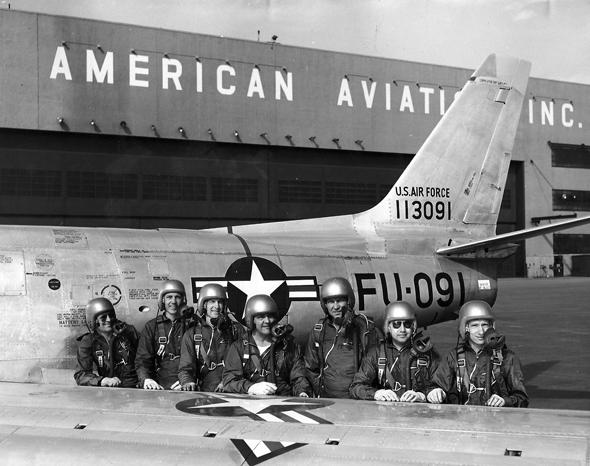 טייסי ניסוי של נורת' אמריקן, נשענים על מטוס סייבר