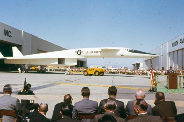 גנרלים צופים בטקס הגלילה של המטוס