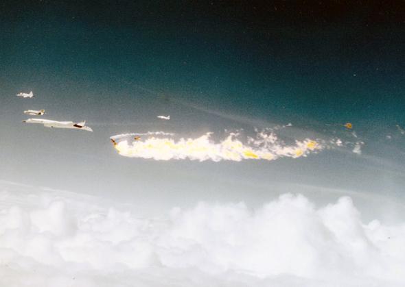 מטוס הליווי מתפורר באוויר. שימו לב לזנבות השבורים של הוולקירי