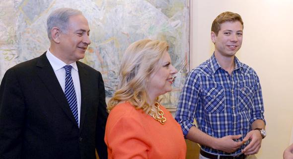 """מימין: יאיר, שרה ובנימין נתניהו. חפץ: """"ההחלטות שמתקבלות בבית ראש הממשלה הזויות"""""""