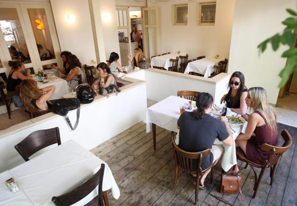 מסעדת אורנה ואלה ב רחוב שיינקין ב תל אביב, צילום: עמית שעל