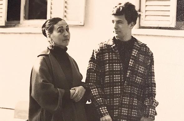 1967. רון ארד בן ה־16 עם אמו, הציירת אסתר פרץ־ארד, בתל אביב