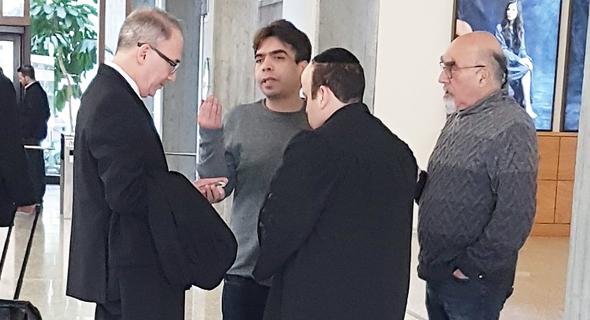 """מימין: ישראל אהרוני ורפי כהן בביהמ""""ש"""