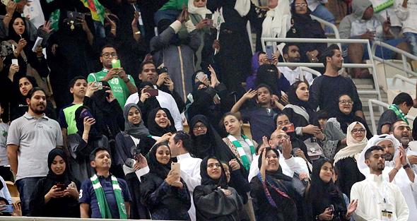 נשים סעודיות צופות במשחק כדורגל לראשונה אי פעם, צילום: אי פי איי