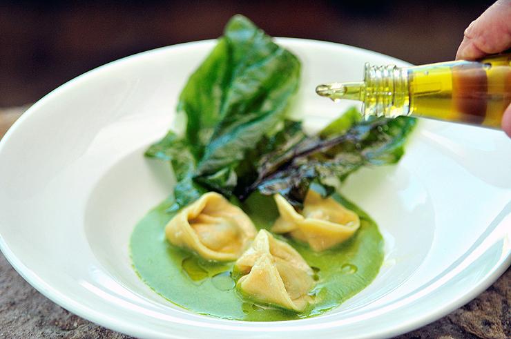 טורטליני ממולאים עלי חוביזה וגבינת ריקוטה, ברוטב שמן זית ושום ירוק. 58 שקל. הלנה, נמל קיסריה